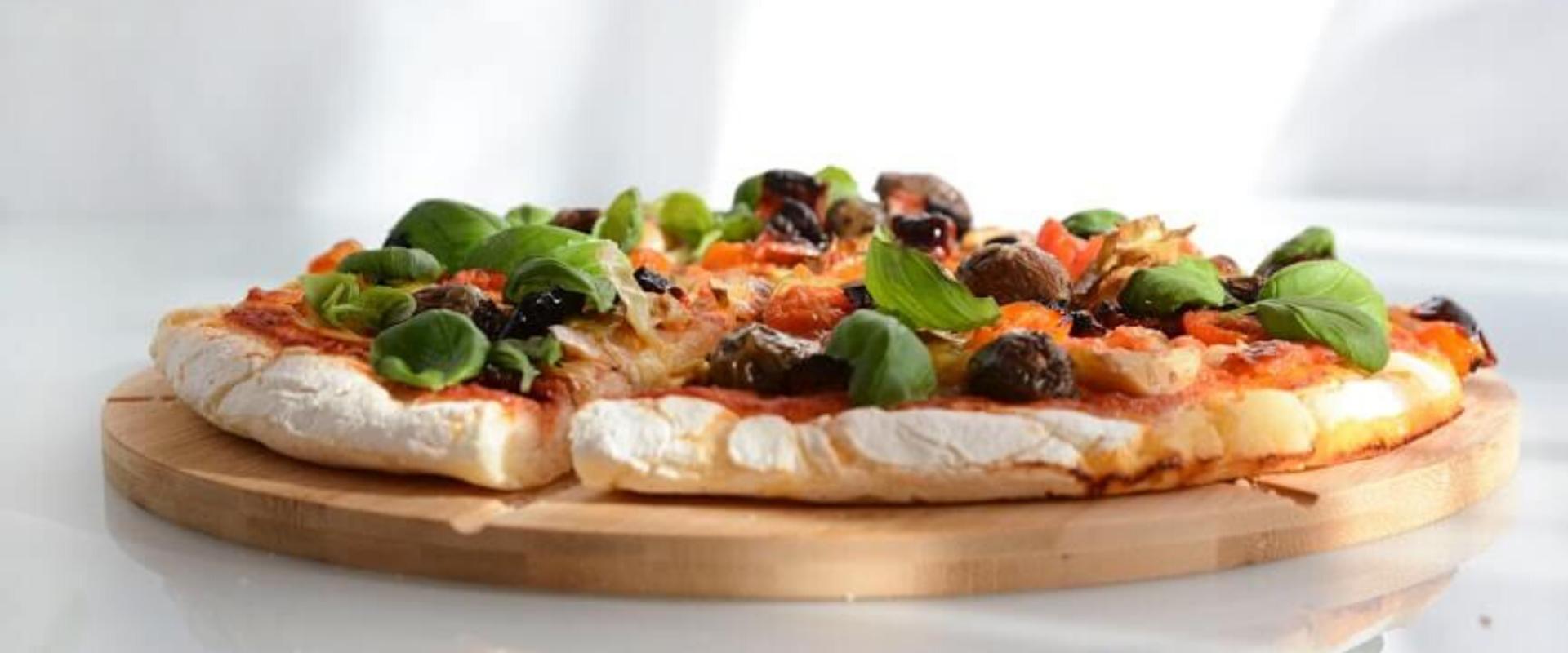 Bezglutenowa pizza z karczochami, suszonymi pomidorami i bazylią